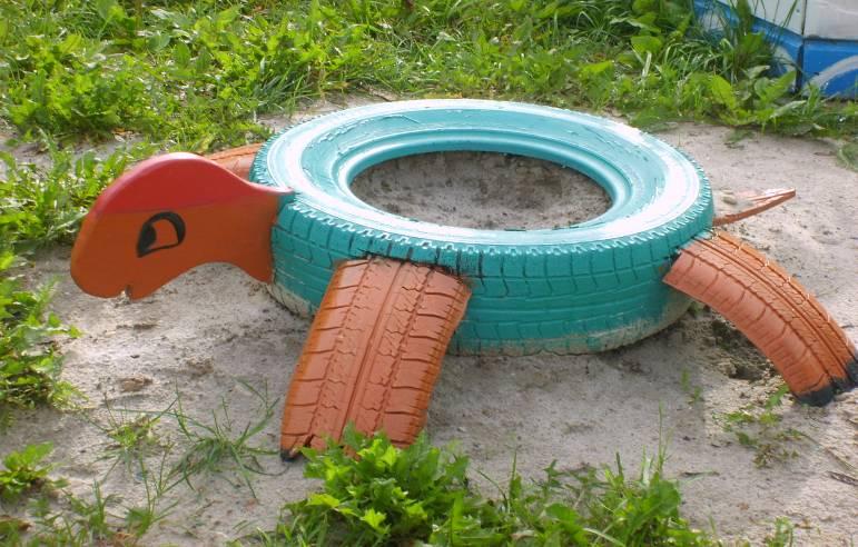 Как оформить детскую площадку из подручных материалов