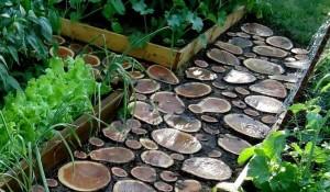 Садовая дорожка из спилов дерева