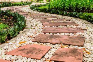 Как сделать садовые дорожки с малыми затратами своими руками